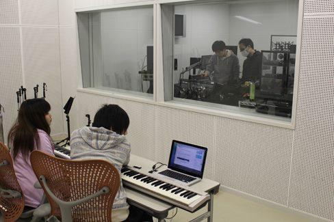 音楽素材制作中(大阪電気通信大学 音像編集スタジオ)